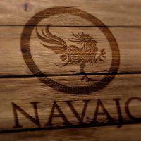 Logotipo en fondo de madera PISCO NAVAJO